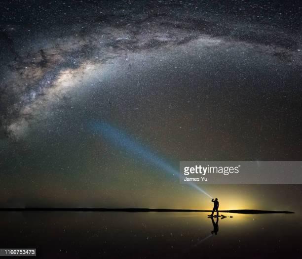 south australia pink lake bunbumga milkyway - weltraum und astronomie stock-fotos und bilder