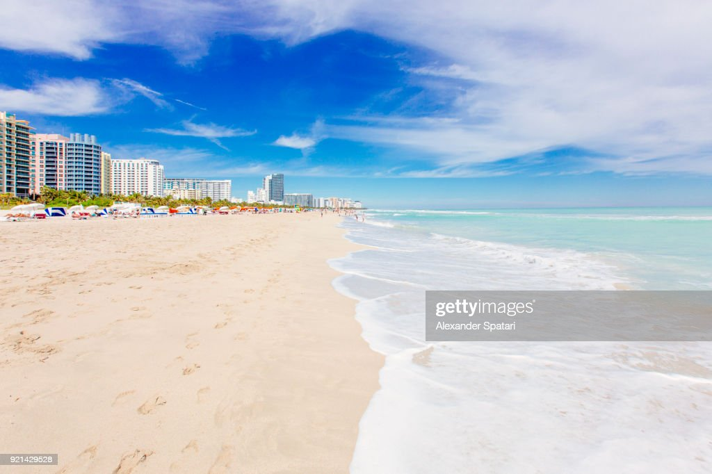 South Beach in Miami with white sand, clear turquoise sea and blue sky, Miami, Florida, USA : Stockfoto