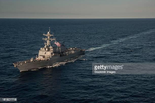 south china sea, february 11, 2013 - sailors man the rails of the arleigh burke-class guided-missile destroyer uss stockdale. - contratorpedeiro - fotografias e filmes do acervo