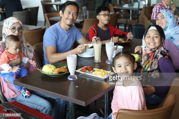 東南アジア:マレーシア -ビッグファミリーギャザリング - 複婚 ストックフォトと画像
