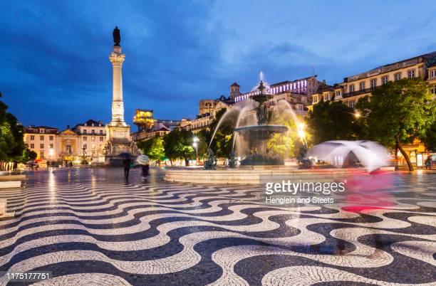 south fountain and column of pedro iv, rossio square at night, lisbon, portugal - ロッシオ広場 ストックフォトと画像