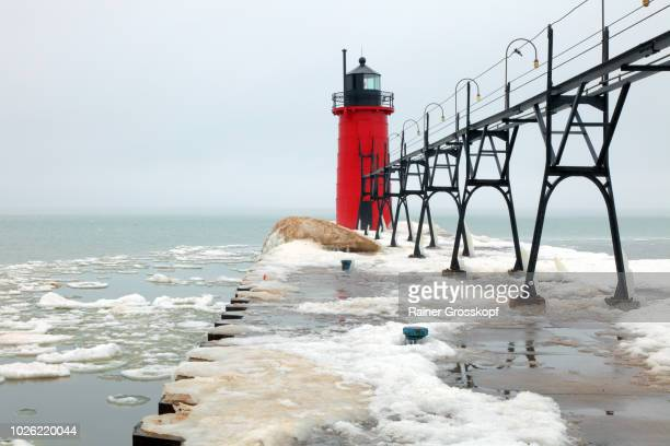 south haven pierhead lighthouse on lake michigan in winter - rainer grosskopf photos et images de collection
