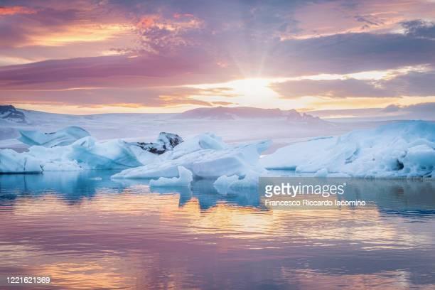 south iceland, jokulsarlon, ice on the lagoon reflecting the colours of sunset - francesco riccardo iacomino iceland foto e immagini stock