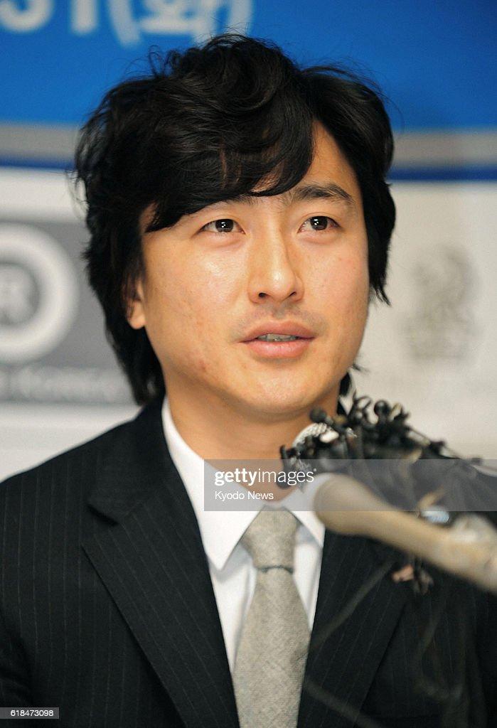 S. Korean striker Ahn retires : ニュース写真
