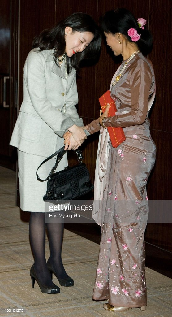 South Korean actress Lee Young-Ae and Myanmar's opposition leader, Aung San Suu Kyi pose for media after their dinner at the Westin Chosun Hotel on January 31, 2013 in Seoul, South Korea.