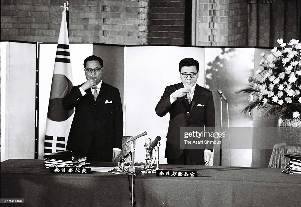 Japan And South Korea Normalise Diplomatic Relation : Nachrichtenfoto