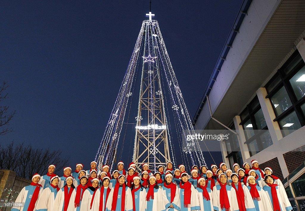 South Korean Christians sing a hymn in f : News Photo