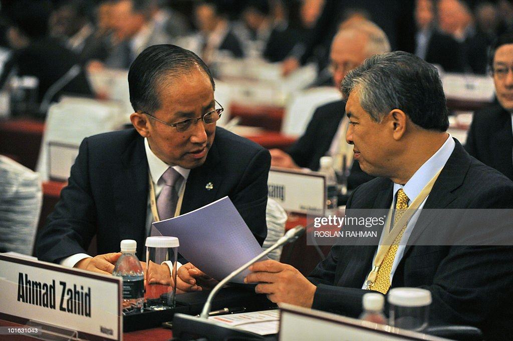 South Korean Defence Minister, Kim Tae Young (L) talks with Malaysian Defence Minister, Ahmad Zahid Hamidi (R), during the Asia-Pacific security forum in Singapore on June 5, 2010. The United States is weighing fresh steps to hold North Korea to account after the sinking of a South Korean warship, US Defense Secretary Robert Gates said .