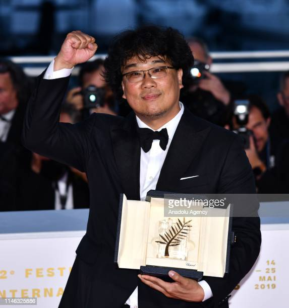 South Korean director Bong Joonho poses with his Palme d'Or for the movie 'Parasite' during the Award Winners photocall at the 72nd annual Cannes...