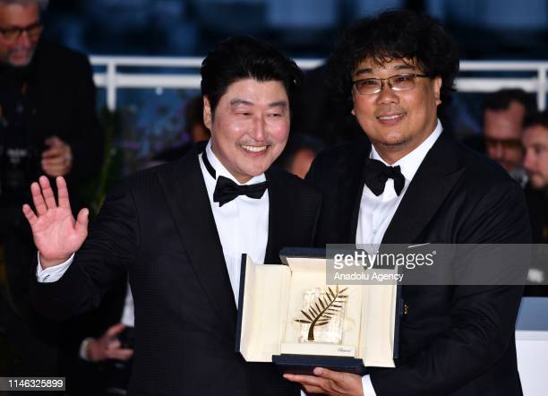 South Korean director Bong Joonho poses with his Palme d'Or for the movie 'Parasite' with South Korean actor Song Kangho during the Award Winners...