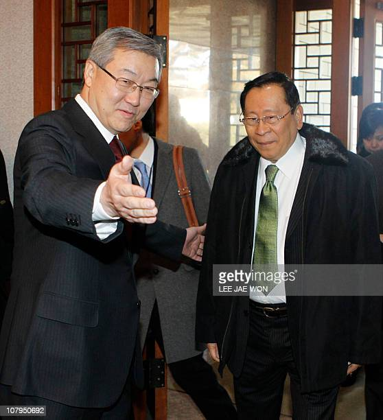 South Korean Foreign Minister Kim SungHwan greets visiting Philippine Foreign Secretary Alberto Romulo before their talks at the former's official...