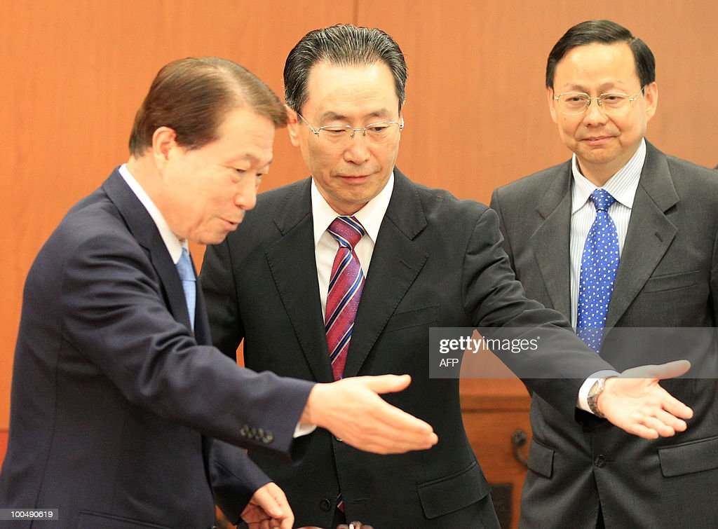 South Korean Foreign Minister Yu Myung-hwan (L) gestures to Chinese nuclear envoy Wu Dawei (C) during their meeting at the Foreign Ministry in Seoul on May 25, 2010. South Korea has won US support for slashing trade to North Korea and vowed to haul its communist neighbor before the UN Security Council for a torpedo attack that sank a South Korean warship and killed 46 sailors. AFP PHOTO / POOL / Lee Jin-man