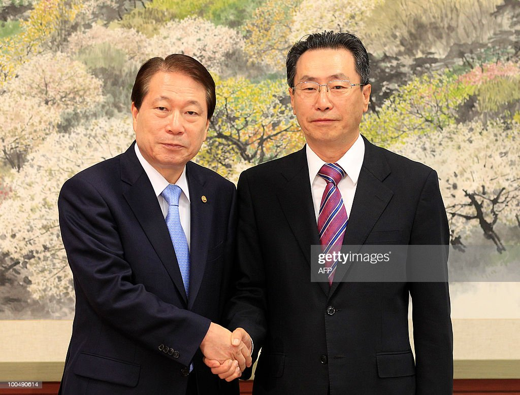 South Korean Foreign Minister Yu Myung-hwan (L) shakes hands with Chinese nuclear envoy Wu Dawei before their meeting at the Foreign Ministry in Seoul on May 25, 2010. South Korea has won US support for slashing trade to North Korea and vowed to haul its communist neighbor before the UN Security Council for a torpedo attack that sank a South Korean warship and killed 46 sailors. AFP PHOTO / POOL / Lee Jin-man