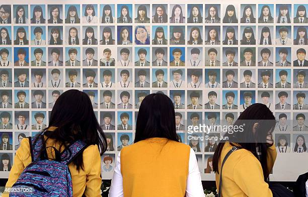 South Korean high school students pays tribute to victims of the Sewol ferry at the memorial altar on April 11 2015 in Seoul South Korea 325...
