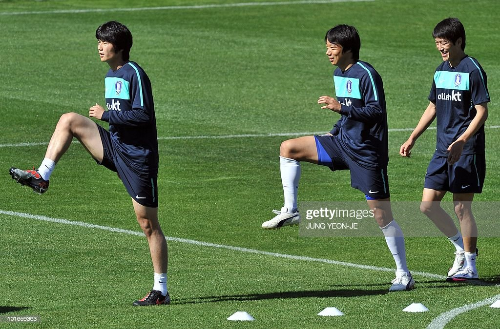 South Korean midfielder Ki Sung-Yueng, midfielder Yeom Ki-Hun and midfielder Lee Chung-Yong warm up during a training session at the Olympia Park Stadium in Rustenburg on June 6, 2010 ahead of the start of the 2010 World Cup football tournament.