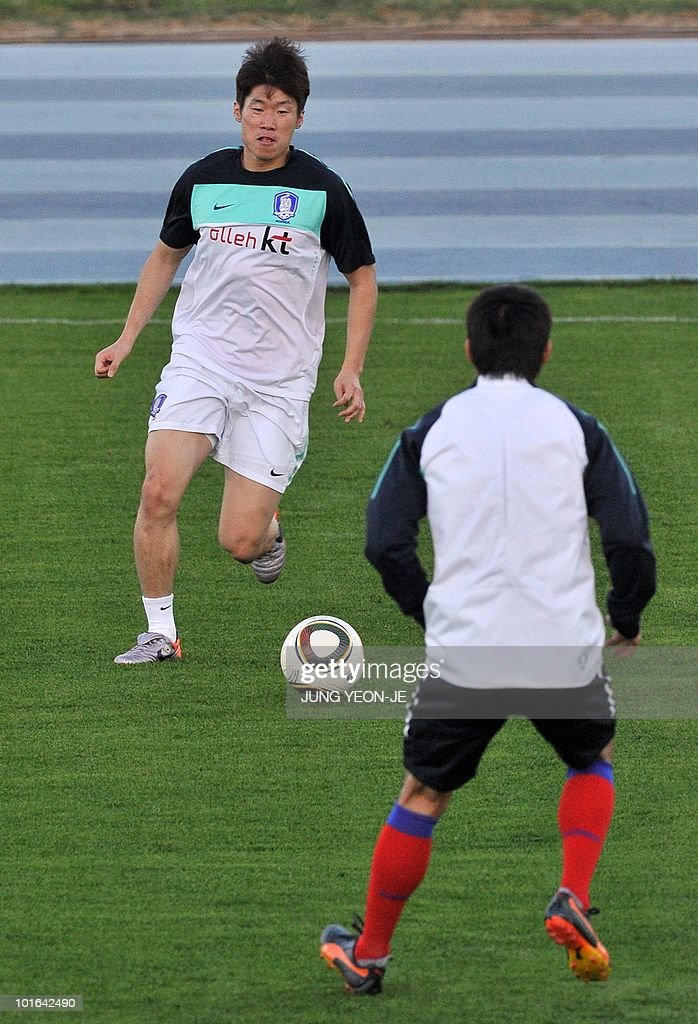 South Korean national football team player Park Ji-Sung (L) controls the ball during a training session at the Olympia Park Stadium in Rustenburg on June 5, 2010. The team arrived in South Africa for the 2010 World Cup.