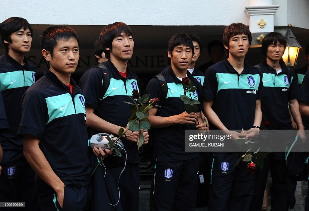 South Korean national football team pose in front of their hotel during their arrival for their training camp in Tirolian village of Neustift im Stubaital in Austria on May 25, 2010, prior to the FIFA World cup 2010 in South Africa.