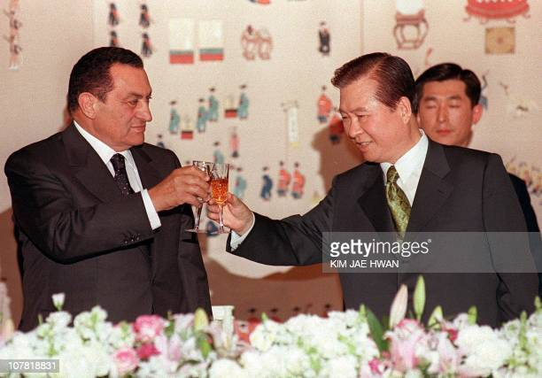 South Korean President Kim Dae-Jung and Egyptian President Hosni Mubarak toast during the South Korea President dinner at the Blue House in Seoul 09...