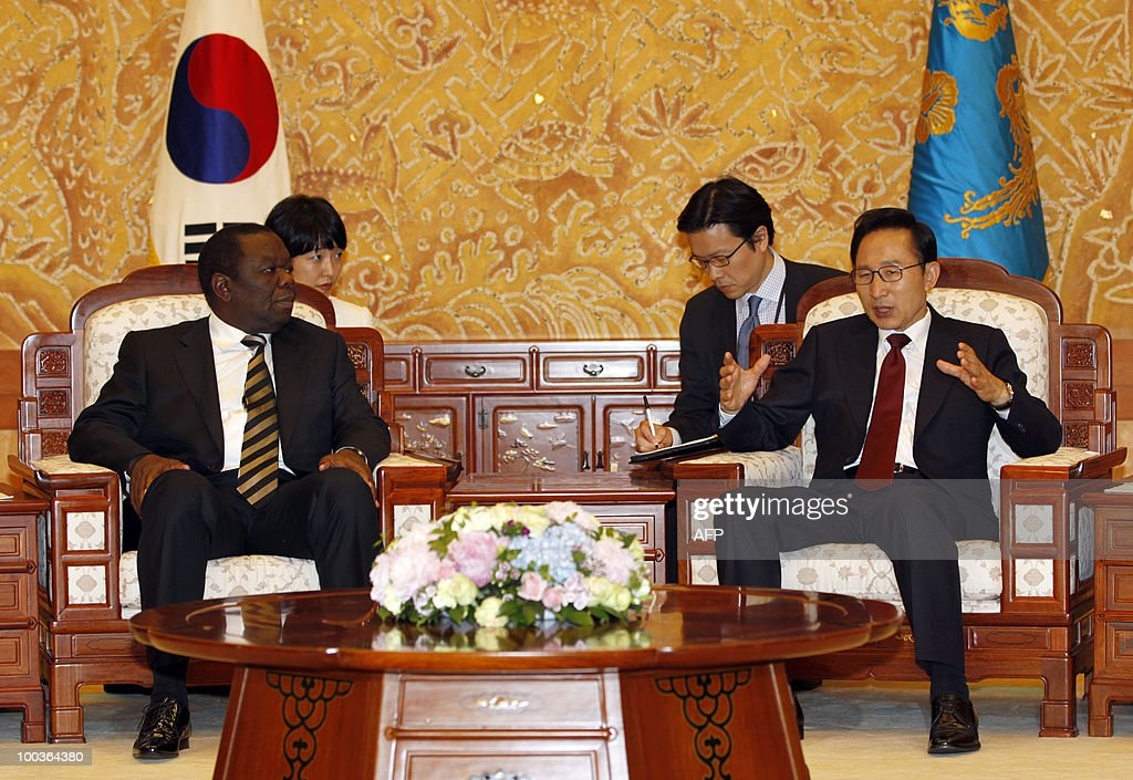 South Korean President Lee Myung-bak (R) talks with Zimbabwe�s Prime Minister Morgan Tsvangirai (L) during their meeting at the presidential Blue House in Seoul on May 24, 2010. Tsvangirai arrived in Seoul on May 23 for a four-day visit.