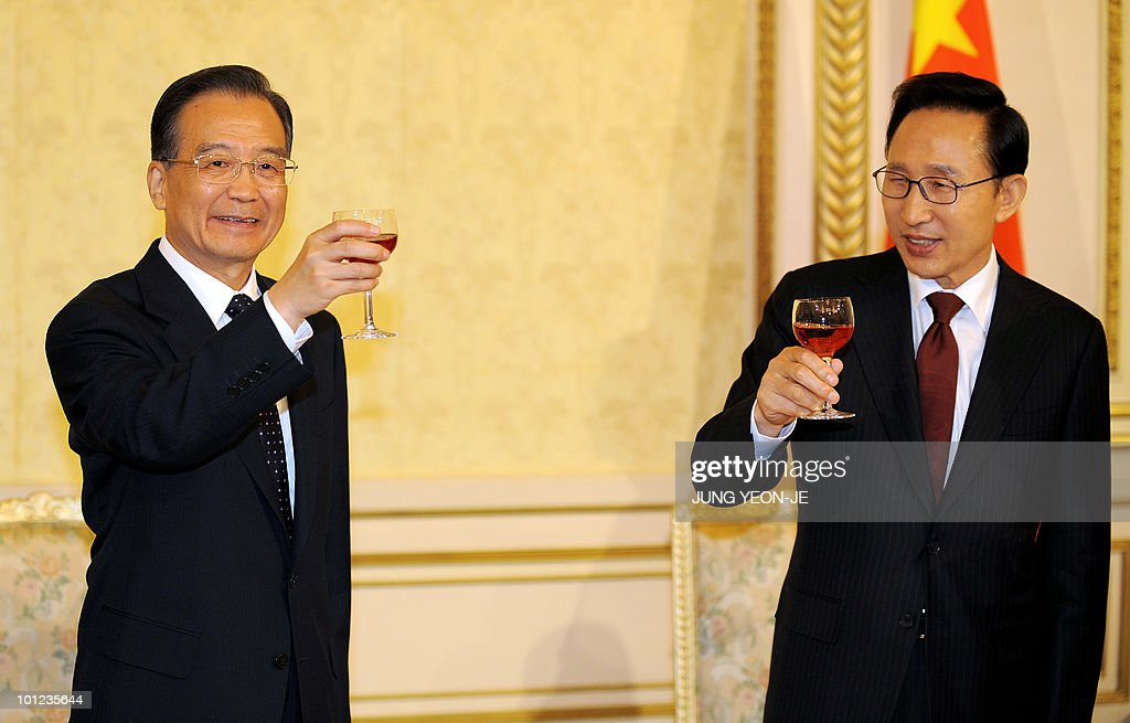 South Korean President Lee Myung-Bak (R) toasts with Chinese Premier Wen Jiabao (L) during a dinner at the presidential Blue House in Seoul on May 28, 2010. China will not protect those who sank a South Korean warship, Premier Wen Jiabao was quoted as saying, as he came under pressure in Seoul to join an international push to punish North Korea.