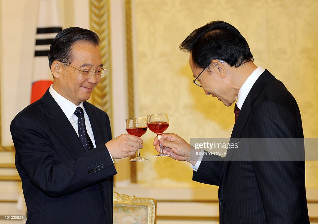 South Korean President Lee Myung-Bak (R)