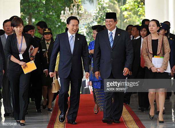 South Korean President Lee Myung-Bak walks with Indonesian President Susilo Bambang Yudhoyono at the Presidential palace in Jakarta on March 6, 2009....