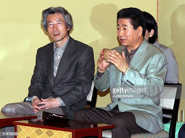 South Korean President Roh Moo-Hyun and Japanese Prime Minister Junichiro Koizumi attend a Japanese tea ceremony on December 18, 2004 in Ibusuki,...