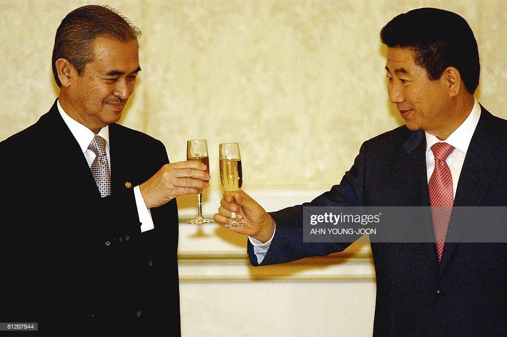South Korean President Roh Moo-hyun (R) : News Photo