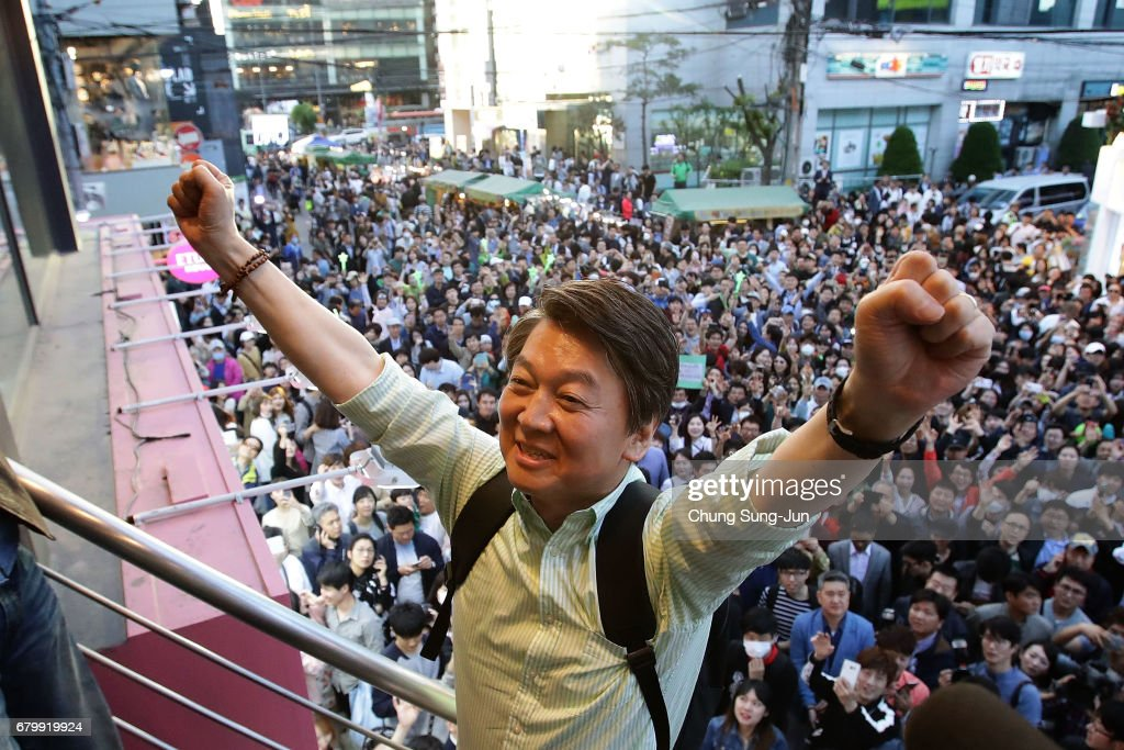 South Korean presidential candidate Ahn Cheol-Soo of the People's Party meets with people during his street election campaign on May 7, 2017 in Seoul, South Korea.