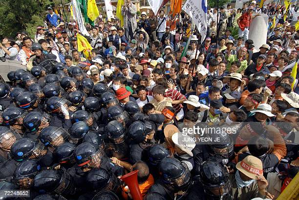 South Korean protesters scuffle with riot police during an antiFTA rally in the southern island of Jeju 24 October 2006 South Korea and the United...