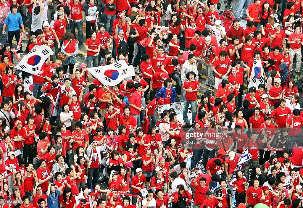 South Korean soccer fans watch a live TV : News Photo