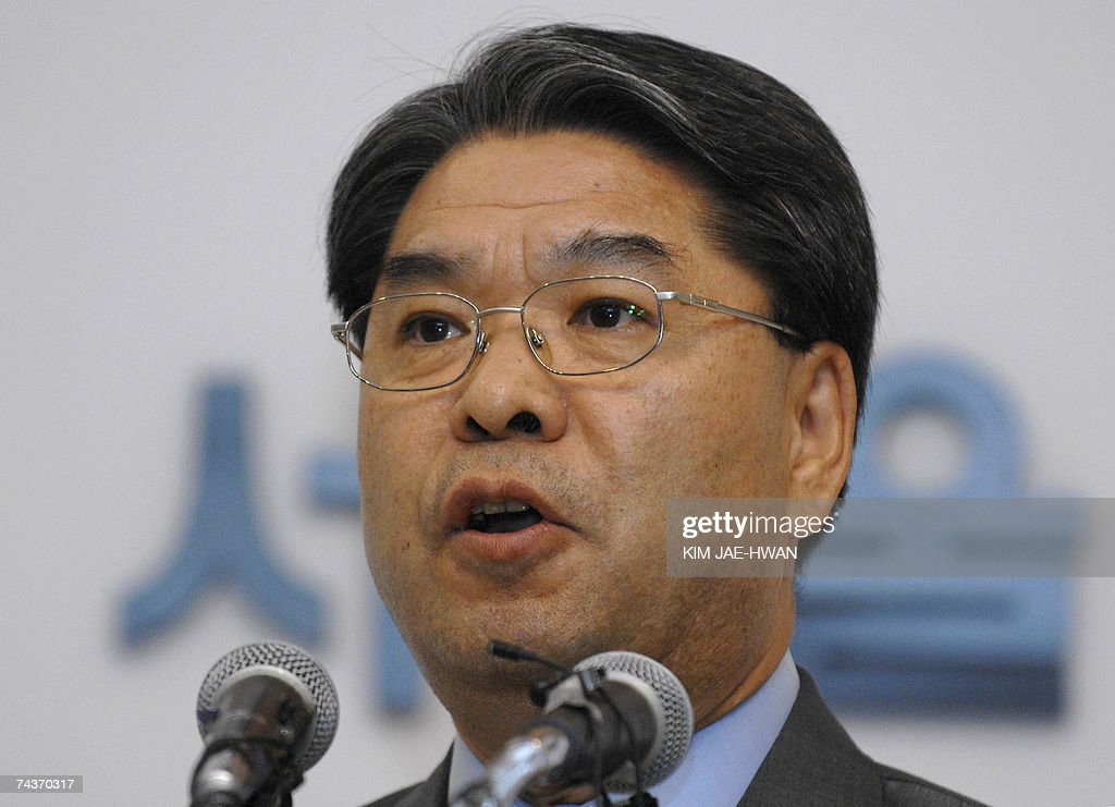 South Korean Unification Minister Lee Jae-Joung speaks during a press conference in Seoul, 01 June 2007. Reconciliation talks between North and South Korea ended without reaching any agreements, following a row over Seoul's decision to link promised rice aid to Pyongyang's denuclearisation.