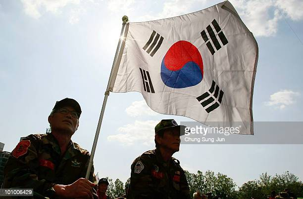 South Korean war veterans and conservative protesters hold an antiNorth Korea rally in front of City Hall on May 27 2010 in Seoul South Korea North...