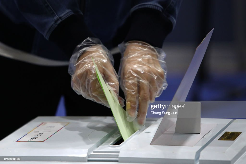 South Korea Hold Its Parliamentary Election Amid The Coronavirus Outbreak : ニュース写真