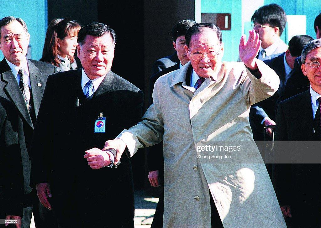 South Korea's Hyundai Group founder Chung Ju-Yung, right