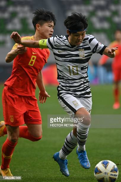 South Korea's Ji So-yun controls the ball in front of China's Ma Jun during the qualifying play-off second leg women's football match for the Tokyo...