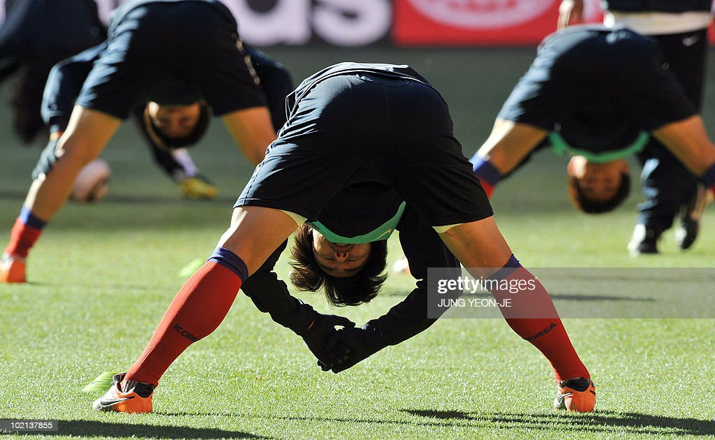 South Korea's midfielder KIm Jae-Sung (C) stretches during a team training session at Soccer City Stadium in Johannesburg on June 16, 2010. South Korea will face Argentina on June 17 as part of Group B of 2010 World Cup football tournament in South Africa.