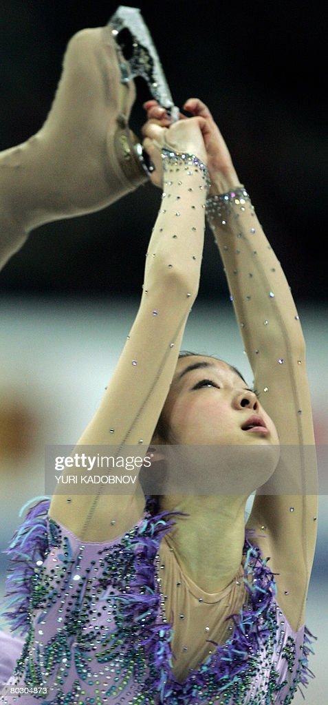South Korea's Yu-Na Kim performs her sho : News Photo