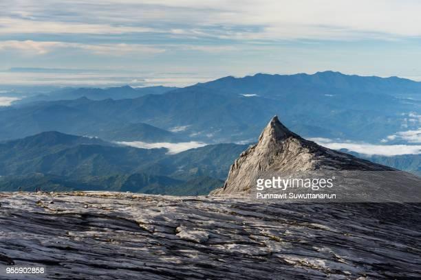 south peak, iconic peak of kinabalu mountain massif in boneo island, sabah, malaysia - fels stock-fotos und bilder