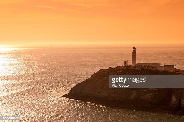 south stack lighthouse, holy island, anglesey, gwynedd, wales, united kingdom, europe  - alan copson stock pictures, royalty-free photos & images