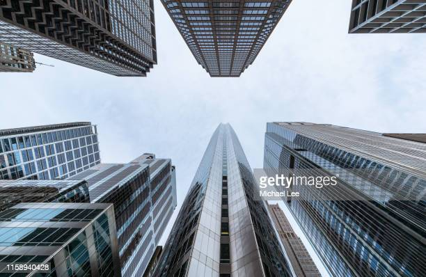 south wacker drive skyscrapers - chicago - wolkenkrabber stockfoto's en -beelden