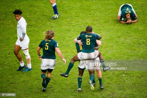 South-Africa's players celebrate after winning the 2018 Paris Sevens final of the Men cup rugby 7s between South-Africa and England at the Jean Bouin...