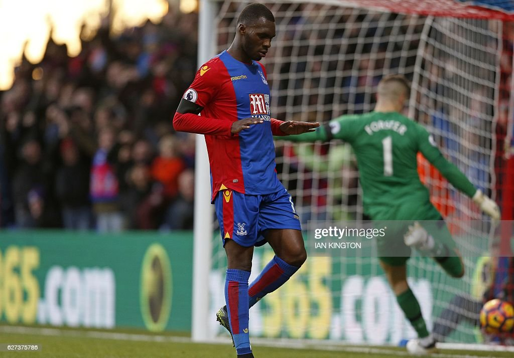 Southampton's English goalkeeper Fraser Forster (R) reacts as Crystal Palace's Zaire-born Belgian striker Christian Benteke celebrates scoring his team's first goal during the English Premier League football match between Crystal Palace and Southampton at Selhurst Park in south London on December 3, 2016. / AFP / Ian KINGTON / RESTRICTED TO EDITORIAL USE. No use with unauthorized audio, video, data, fixture lists, club/league logos or 'live' services. Online in-match use limited to 75 images, no video emulation. No use in betting, games or single club/league/player publications. /