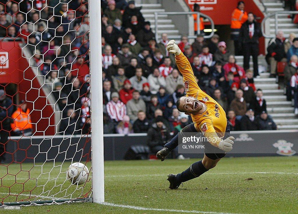 Southampton's English goalkeeper Kelvin : News Photo