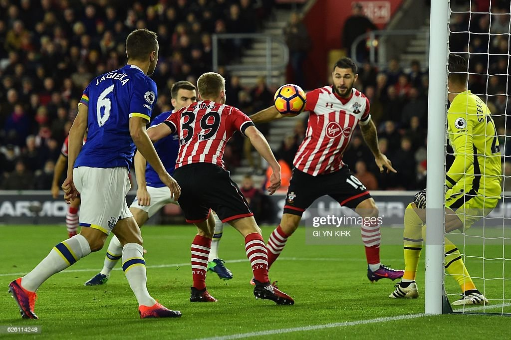 Southampton's English midfielder Josh Sims (2nd L) passes the ball to Southampton's English striker Charlie Austin (2nd R) in the build up to Austin scoring the opening goal of the English Premier League football match between Southampton and Everton at St Mary's Stadium in Southampton, southern England on November 27, 2016. / AFP / Glyn KIRK / RESTRICTED TO EDITORIAL USE. No use with unauthorized audio, video, data, fixture lists, club/league logos or 'live' services. Online in-match use limited to 75 images, no video emulation. No use in betting, games or single club/league/player publications. /