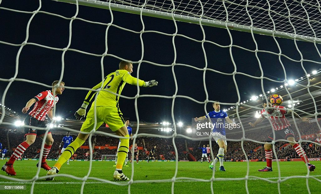 Southampton's English striker Charlie Austin (R) heads in the opening goal in the first minute of the English Premier League football match between Southampton and Everton at St Mary's Stadium in Southampton, southern England on November 27, 2016. / AFP / Glyn KIRK / RESTRICTED TO EDITORIAL USE. No use with unauthorized audio, video, data, fixture lists, club/league logos or 'live' services. Online in-match use limited to 75 images, no video emulation. No use in betting, games or single club/league/player publications. /