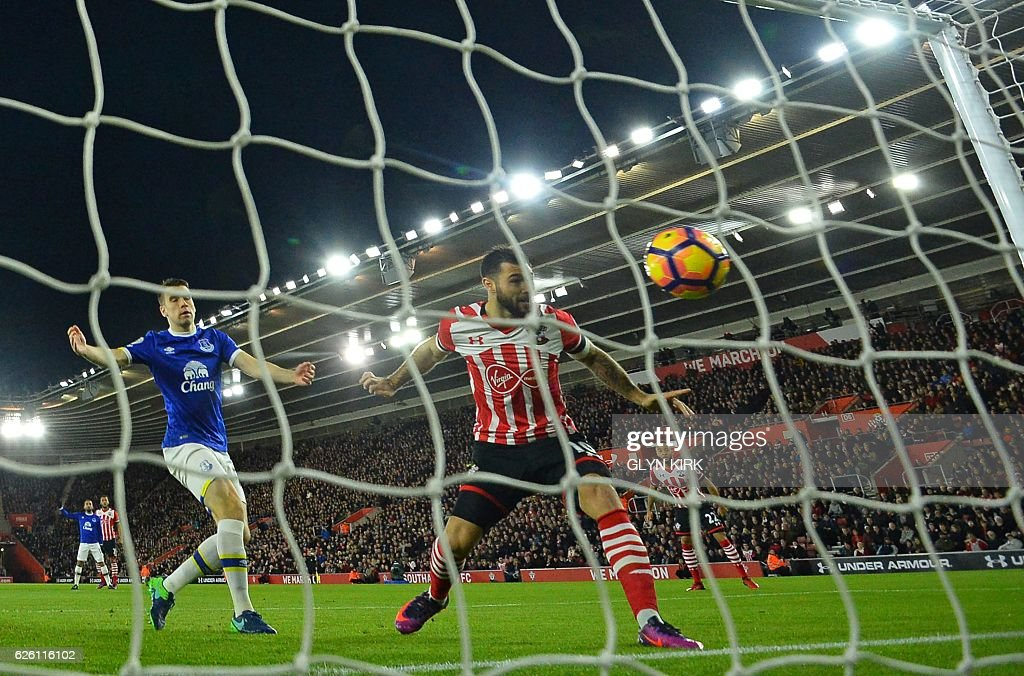 Southampton's English striker Charlie Austin (C) heads in the opening goal in the first minute of the English Premier League football match between Southampton and Everton at St Mary's Stadium in Southampton, southern England on November 27, 2016. / AFP / Glyn KIRK / RESTRICTED TO EDITORIAL USE. No use with unauthorized audio, video, data, fixture lists, club/league logos or 'live' services. Online in-match use limited to 75 images, no video emulation. No use in betting, games or single club/league/player publications. /