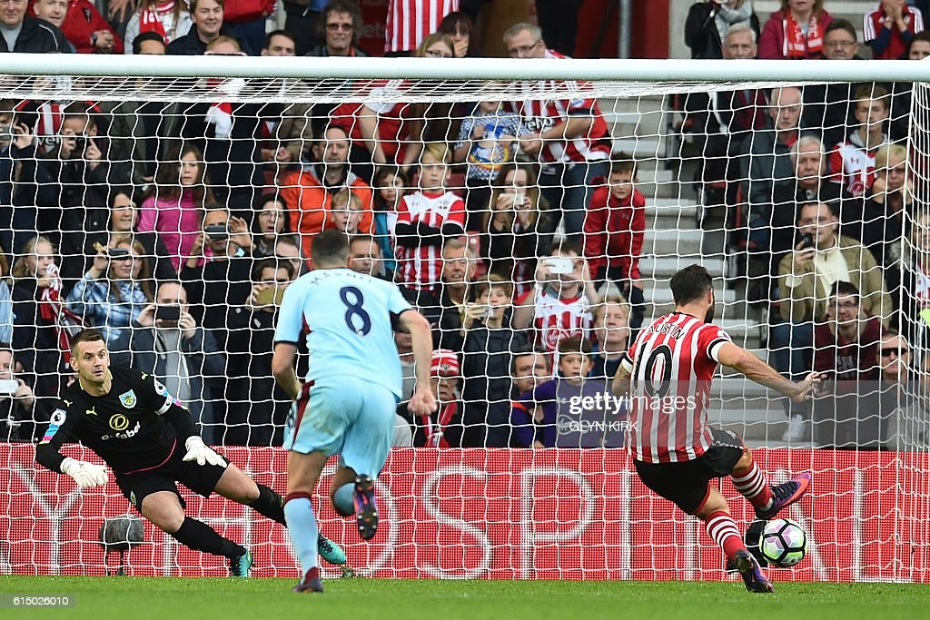 Southampton's English striker Charlie Austin (R) scores their third goal from the penalty spot during the English Premier League football match between Southampton and Burnley at St Mary's Stadium in Southampton, southern England on October 16, 2016. / AFP / Glyn KIRK / RESTRICTED TO EDITORIAL USE. No use with unauthorized audio, video, data, fixture lists, club/league logos or 'live' services. Online in-match use limited to 75 images, no video emulation. No use in betting, games or single club/league/player publications. /