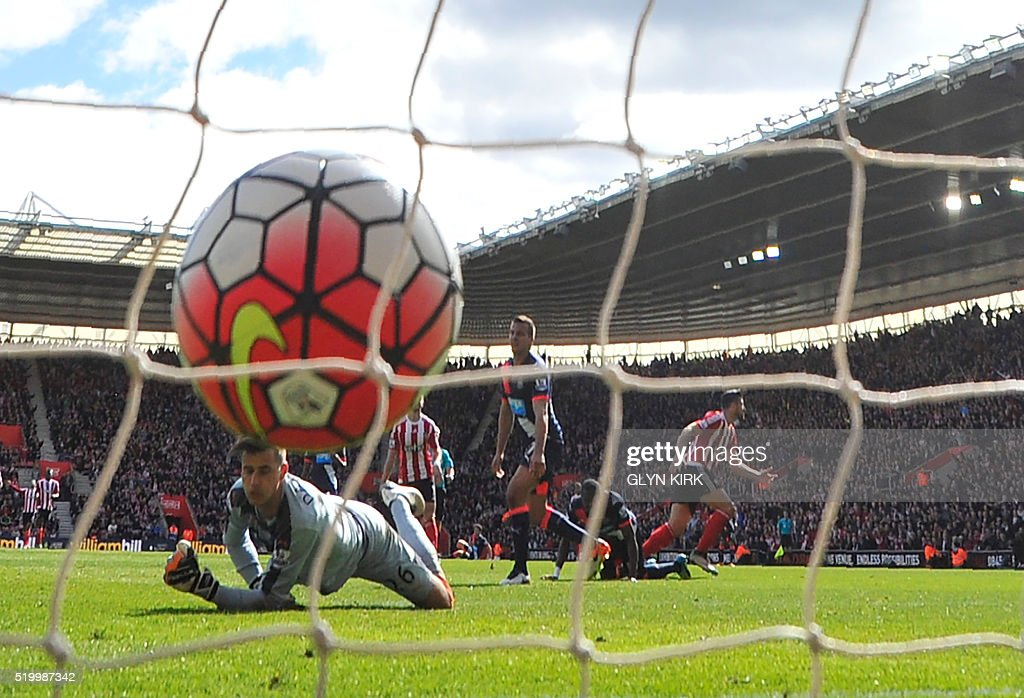 Southampton's Italian striker Graziano Pelle (R) scores past Newcastle United's English goalkeeper Karl Darlow during the English Premier League football match between Southampton and Newcastle at St Mary's Stadium in Southampton, southern England on April 9, 2016. / AFP / GLYN KIRK / RESTRICTED TO EDITORIAL USE. No use with unauthorized audio, video, data, fixture lists, club/league logos or 'live' services. Online in-match use limited to 75 images, no video emulation. No use in betting, games or single club/league/player publications. /