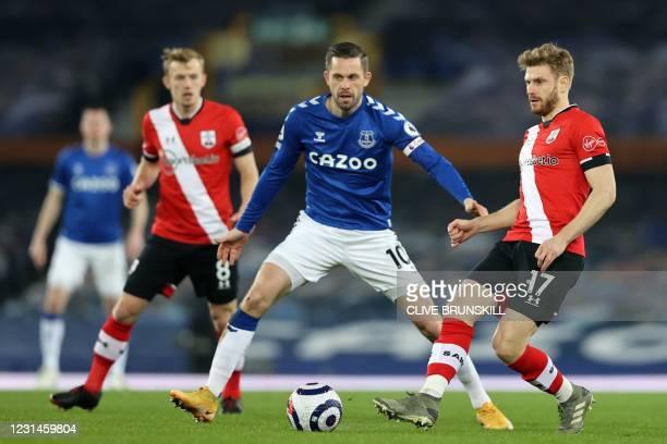 Southampton's Scottish midfielder Stuart Armstrong vies with Everton's Icelandic midfielder Gylfi Sigurdsson during the English Premier League...